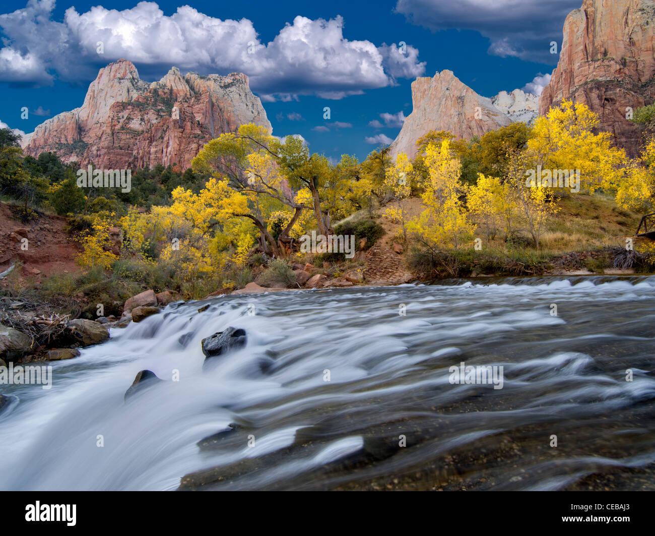 Gericht der Patriarchen und Virgin River Wasserfall und Fsll Farbe. Zion Nationalpark, Utah Stockbild