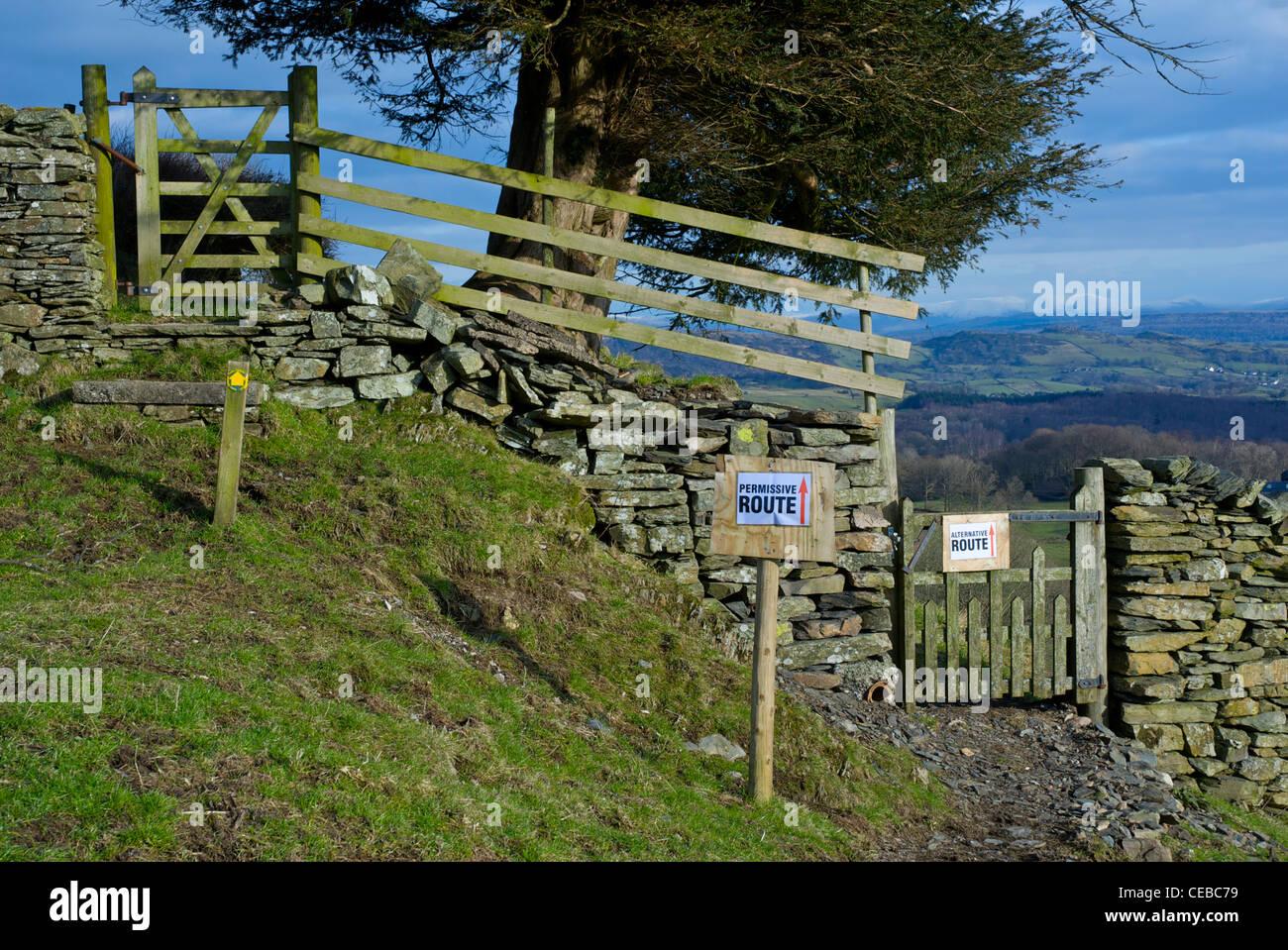 Zeichen bieten eine alternative Route für Wanderer rund um einen Bauernhof in der Nähe von Windermere, Stockbild