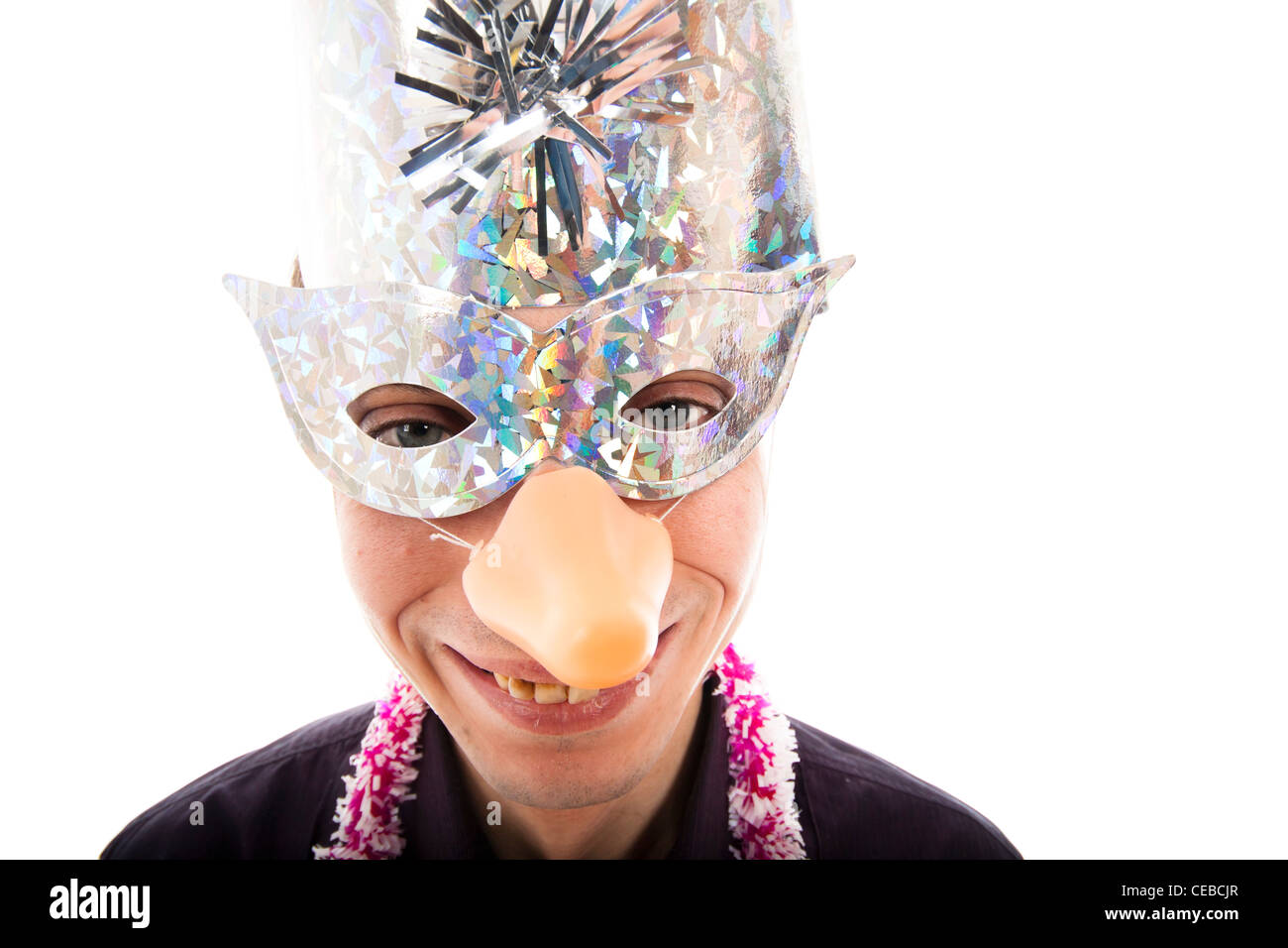 Lustige hässlicher Mann mit Partei Maske lächelnd, isolierten auf ...