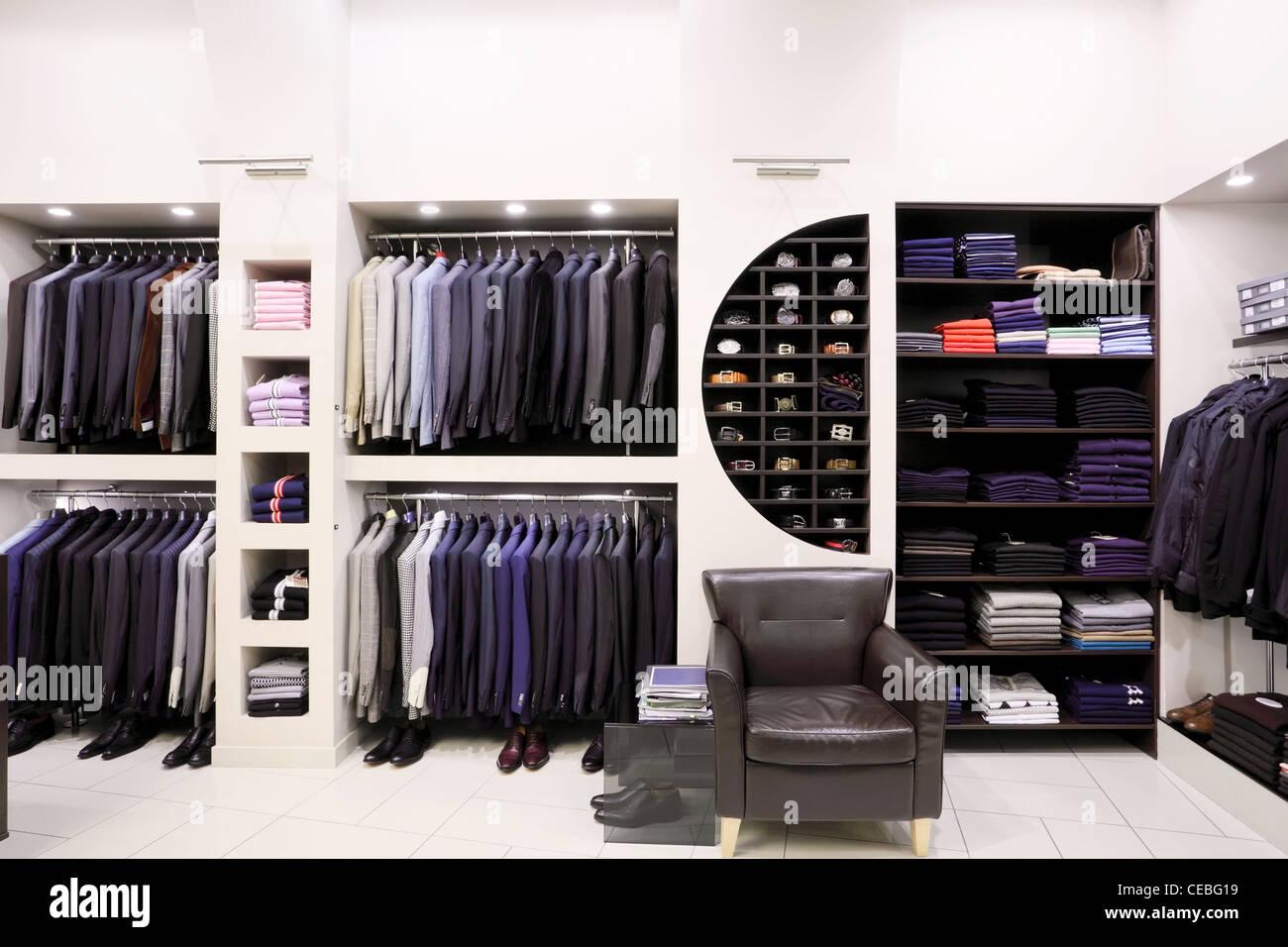 Luxus Herren Kleidung und Accessoires im modernen Shop-Interieur ...