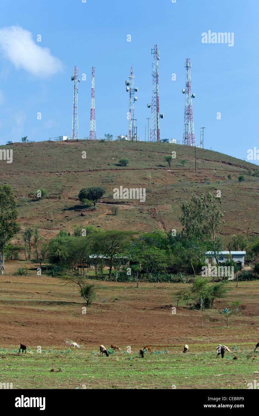 Telekommunikation-Türme und kleine Halter Bauernhof in einer ländlichen Gegend, Arusha, Tansania Stockbild
