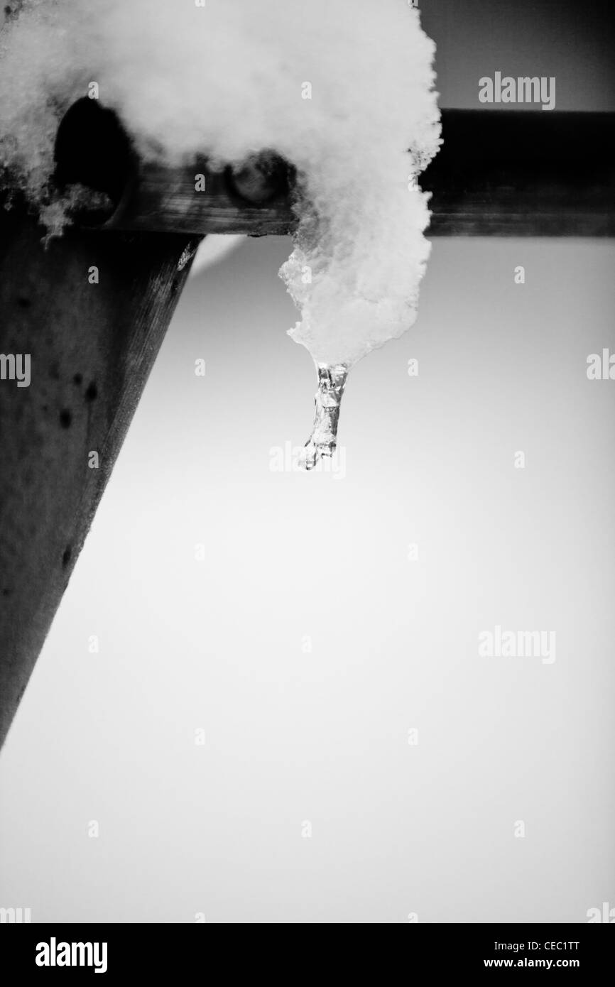 Kleine Eiszapfen auf einen Garten Schaukel Rahmen Stockfoto, Bild ...