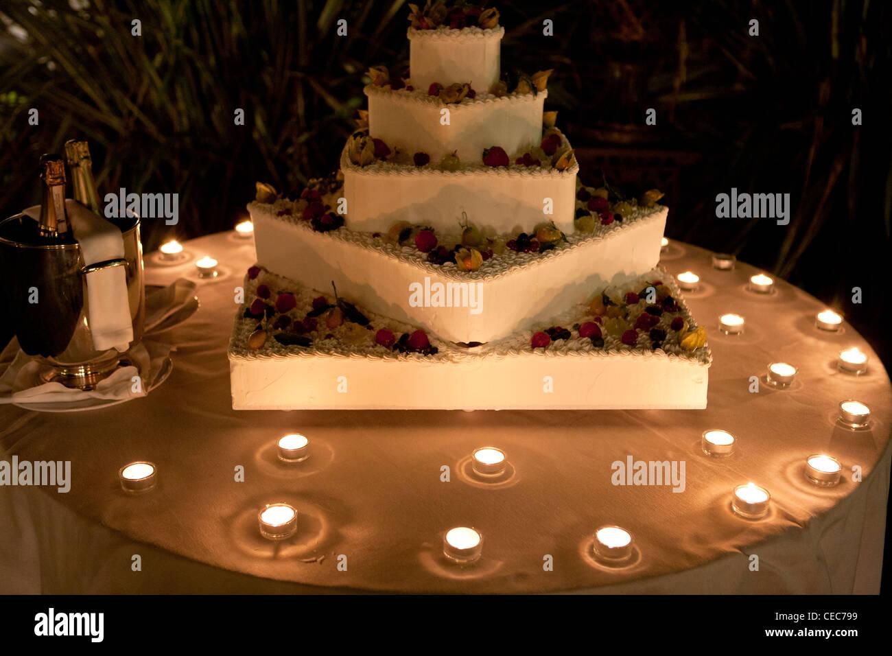 Hochzeitstorte Beleuchtet Bei Kerzenschein Italien Europa