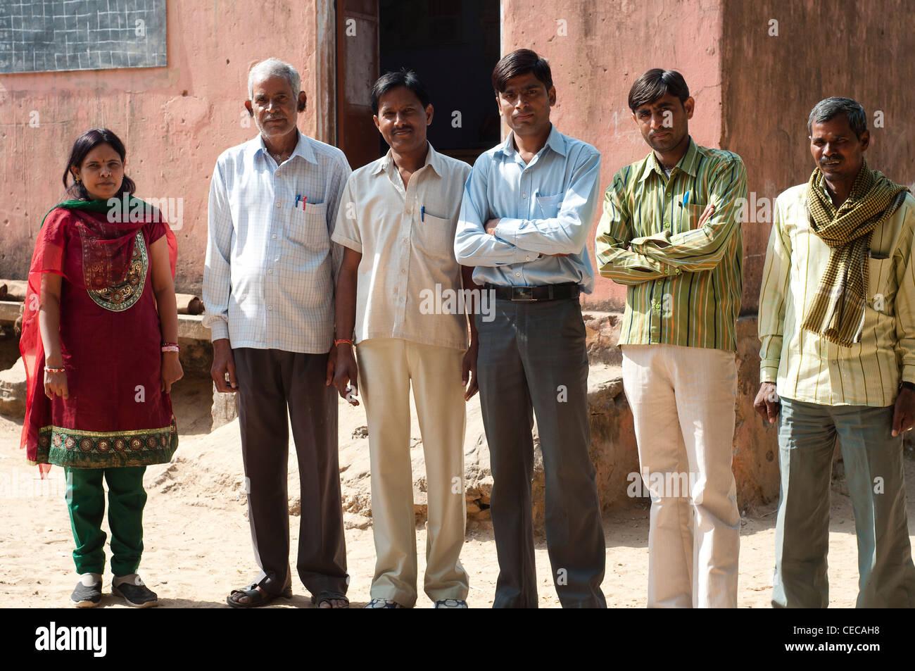 Lehrer, Dorfschule in der Nähe von Jaipur, Rajasthan, Indien Stockbild