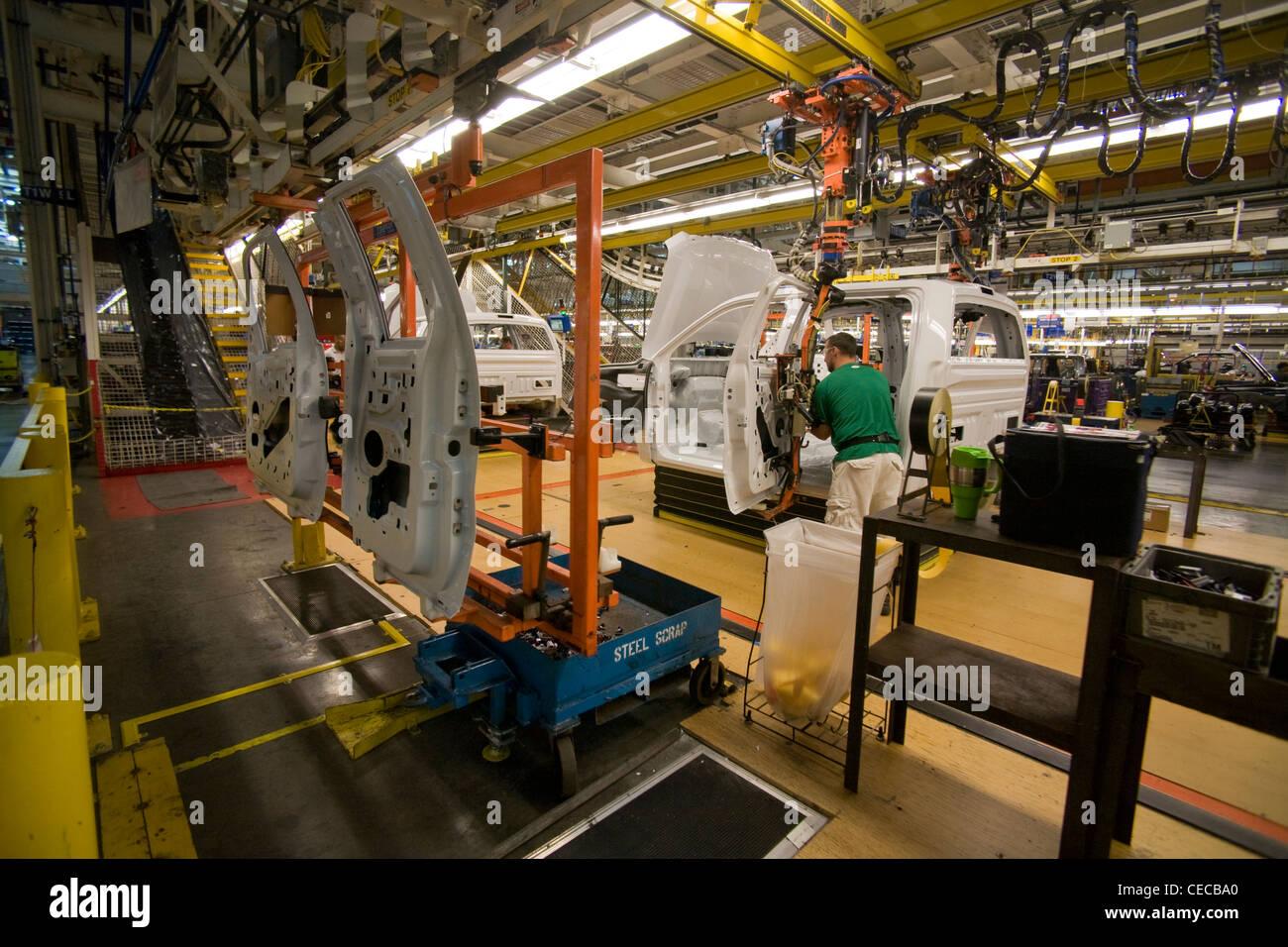 Ein Fabrikarbeiter installiert-Tür-Hardware auf eine f-150 Pickup-Truck am Fließband Ford Endmontage Pflanze Stockbild
