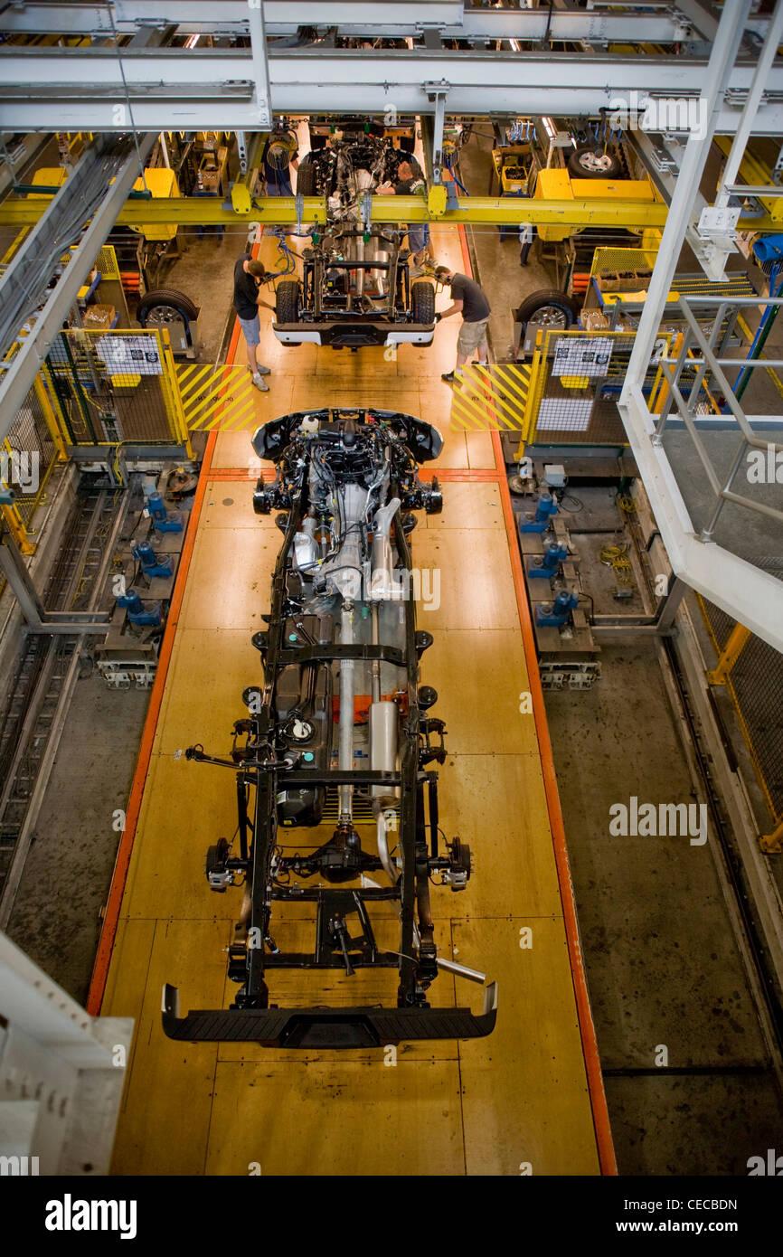 Arbeiter montieren das Fahrwerk des f-150 Pickup-Trucks an den Ford River Rouge-Produktionslinie in Dearborn, Michigan. Stockbild
