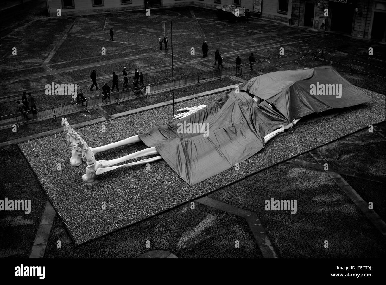 Mailand, Italien. Großes Skelett auf öffentlichen Platz Stockbild