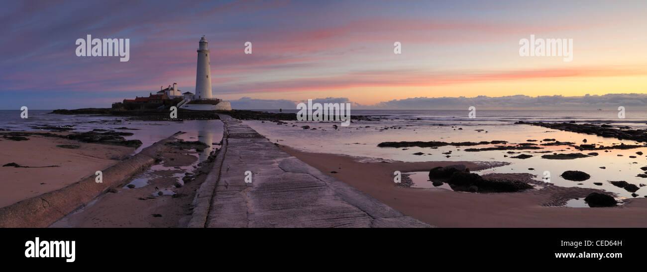 Sonnenaufgang über St Marys Leuchtturm am Whitley Bay North Tyneside, Tyne and Wear, Northumberland, England Stockbild