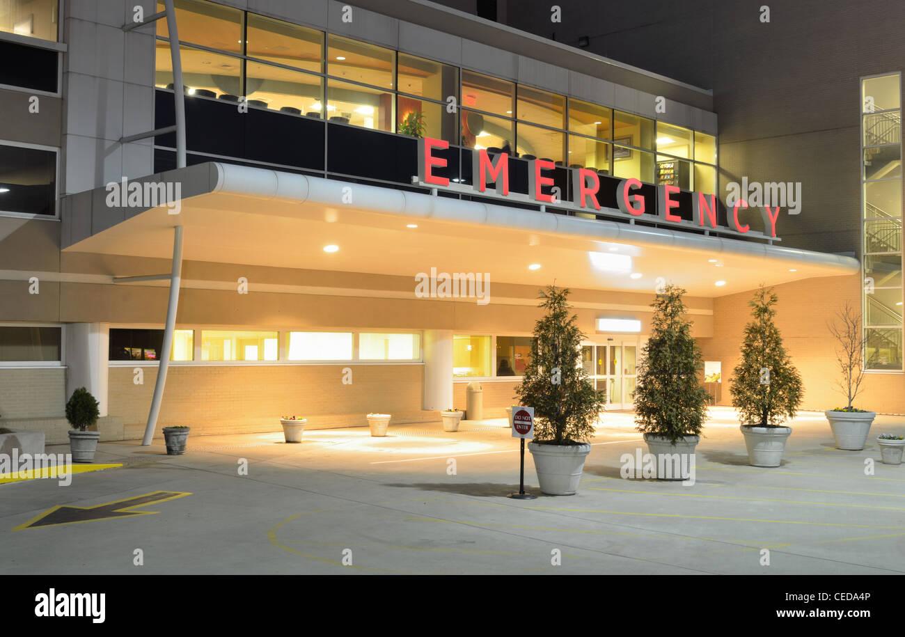 Eingang der Notaufnahme in einem Krankenhaus in der Nacht. Stockbild