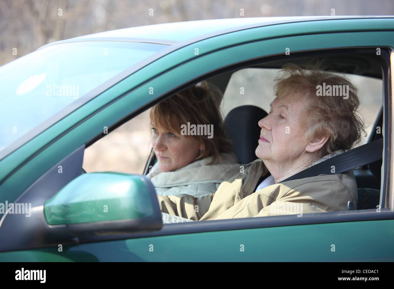 Zwei Frauen in Auto Stockbild