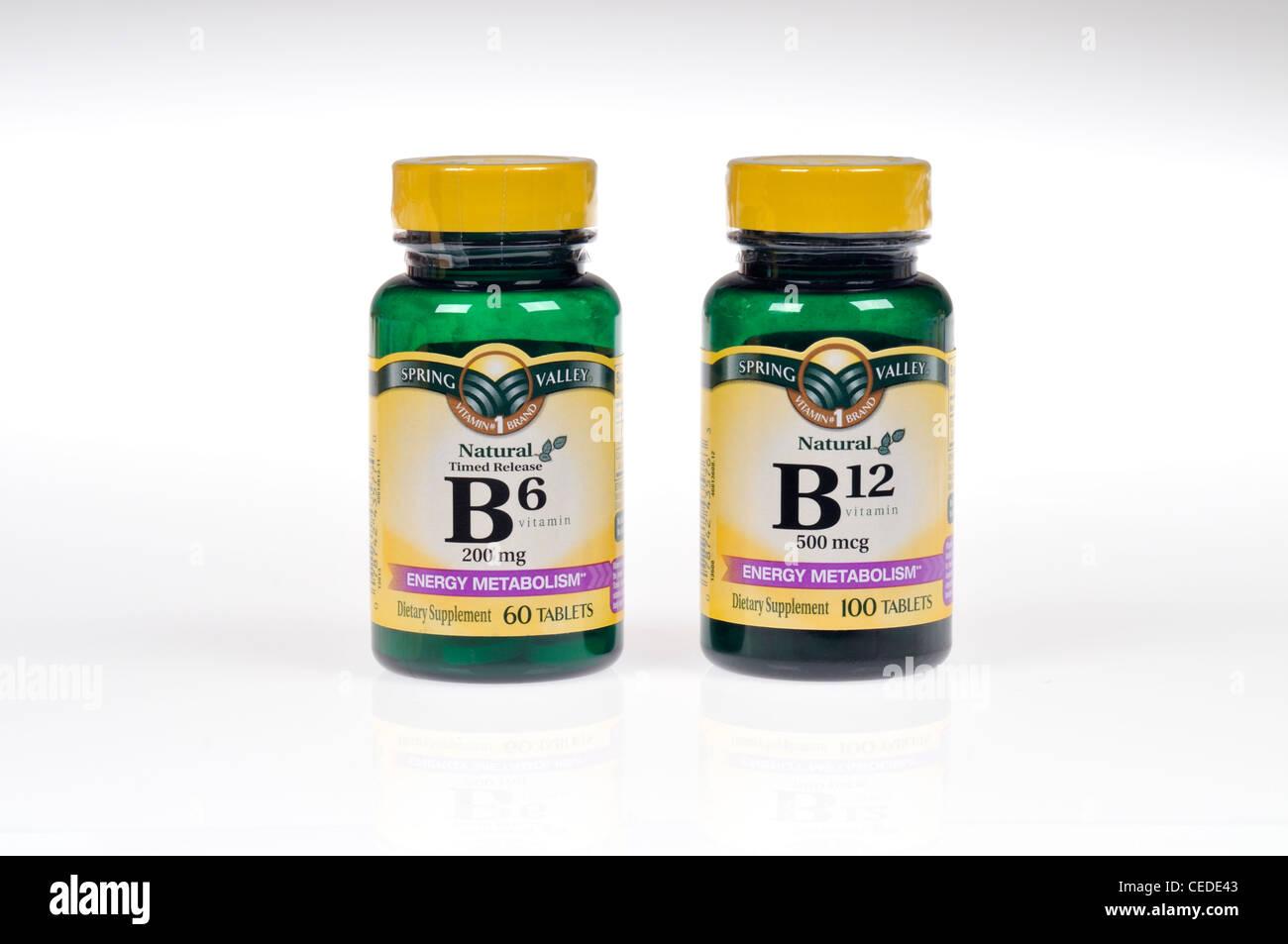 Flaschen der Vitamine B6 und B12 auf weißem Hintergrund Ausschnitt Stockbild