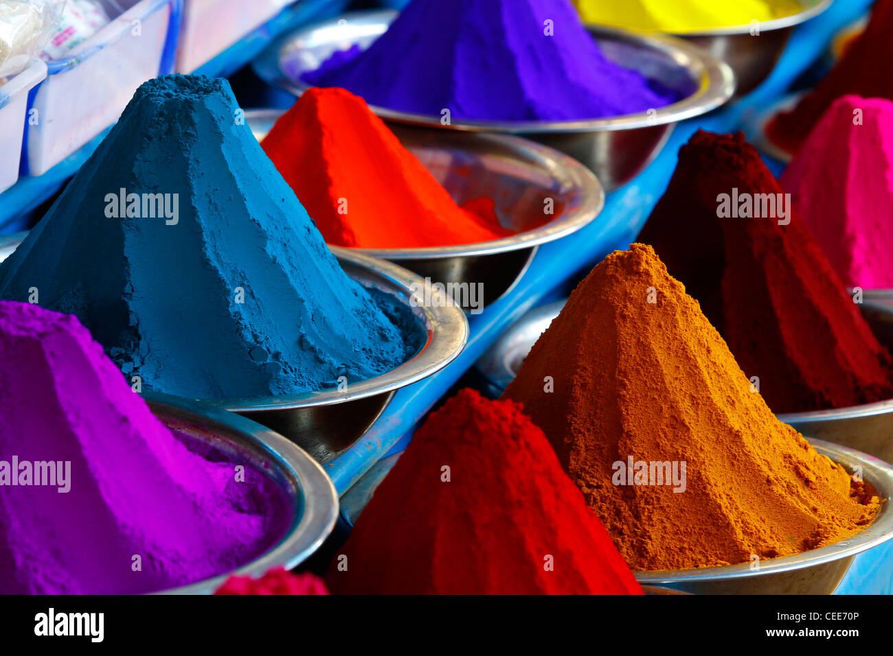 Gepudert Farbstoffe in verschiedenen Farben zum Verkauf auf dem Markt der Devaraja in Mysore, Karnataka, Indien. Stockbild
