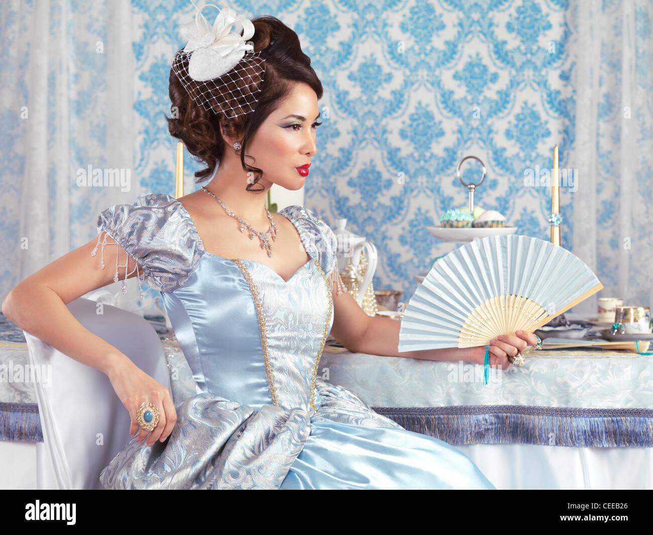 Wunderschöne asiatische Dame in eine schicke blaue Prinzessin Kleid ...