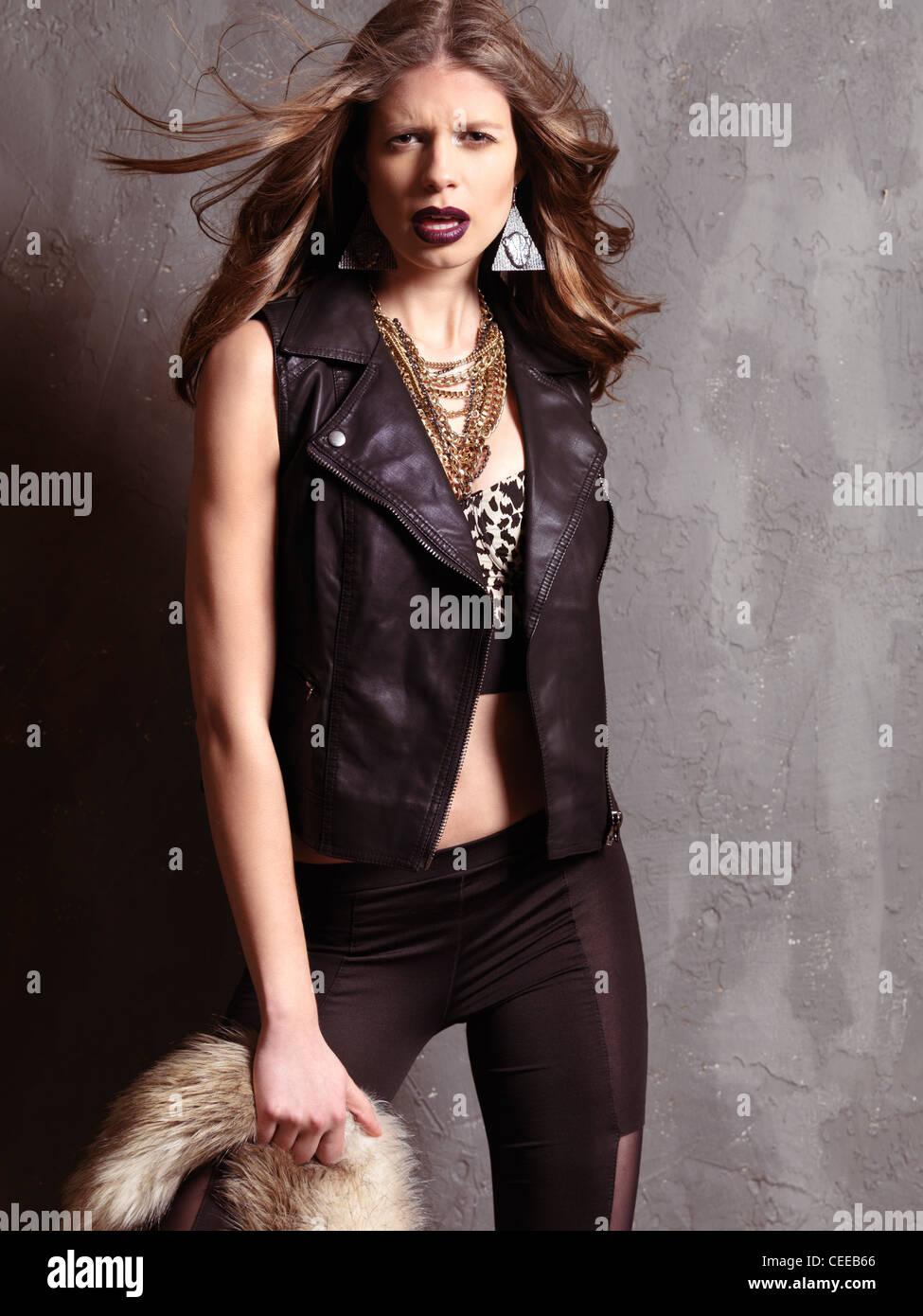 Trendige Modefoto einer jungen Frau, die 1990er Jahre Grunge Mode Stil  Kleidung zu tragen 317feb85cb
