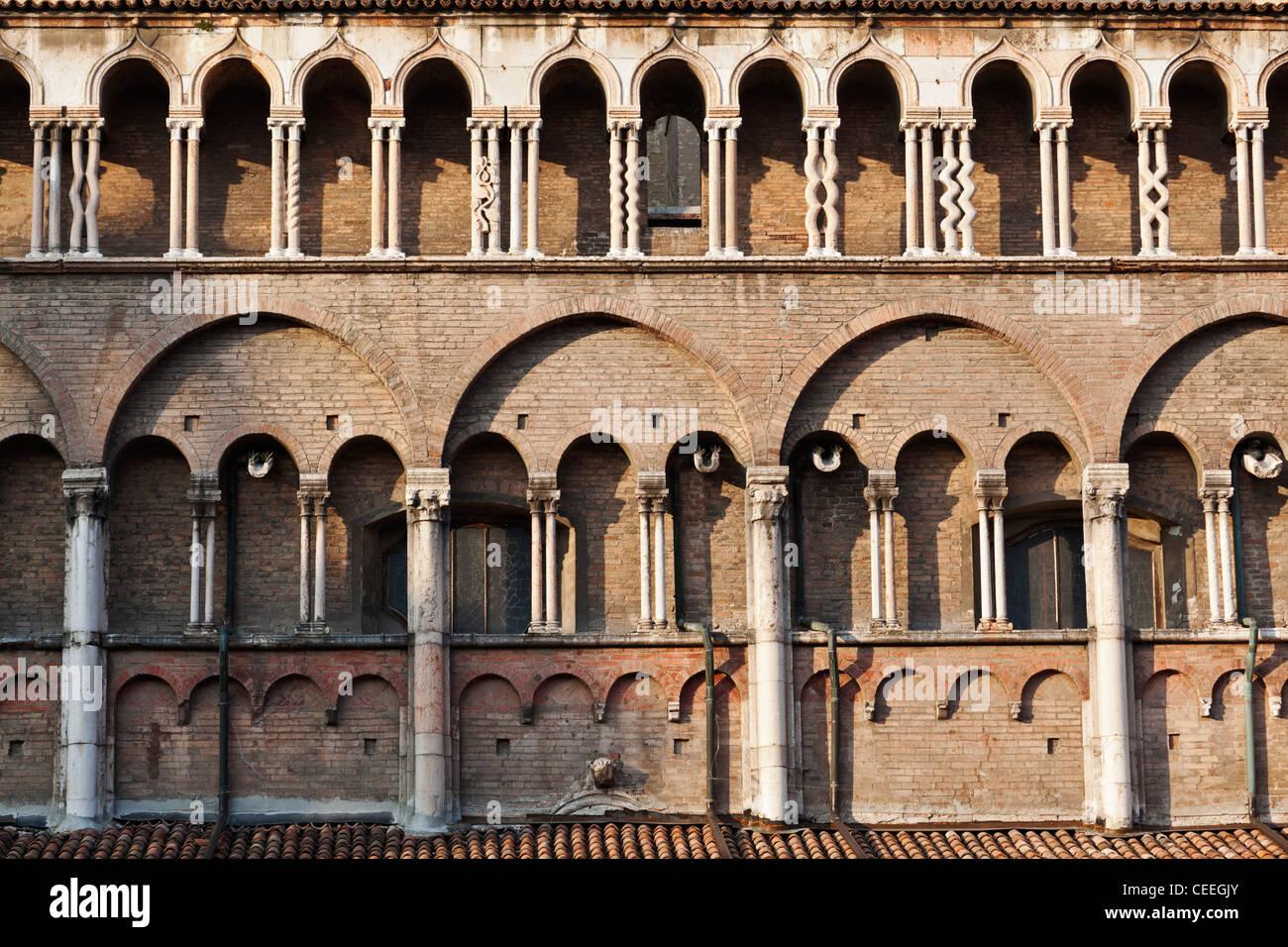 Säulen an Hauptfassade der Kathedrale Duomo Ferrara Emilia-Romagna Italien Stockfoto