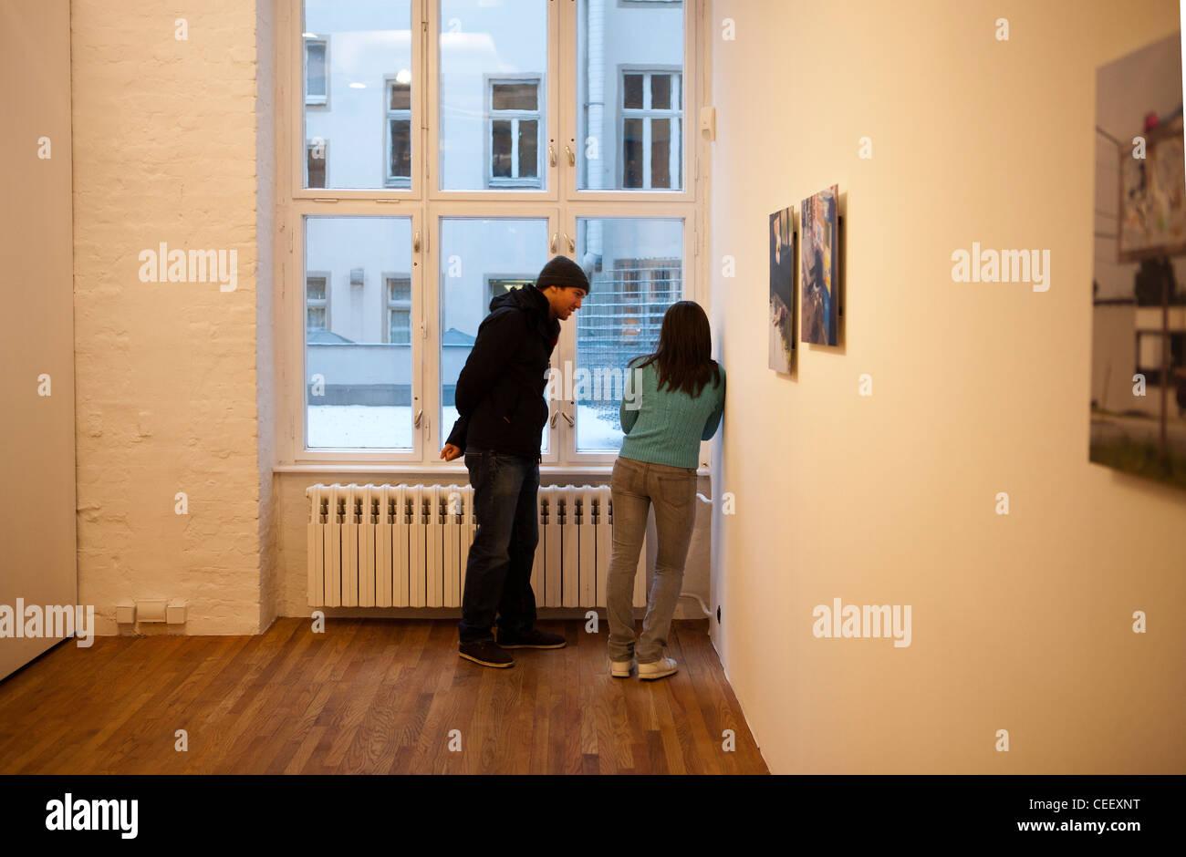 Mark Jenkins Skulptur Frau in Berliner Galerie, städtische Theater Stockfoto