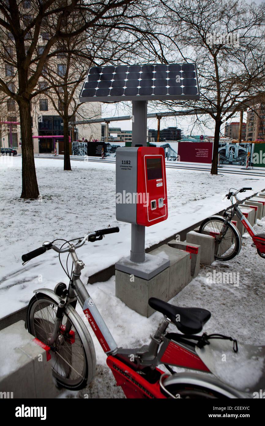 Berlin Deutschland, Winter Parkplätze für Fahrräder im Verleih mieten Stockfoto