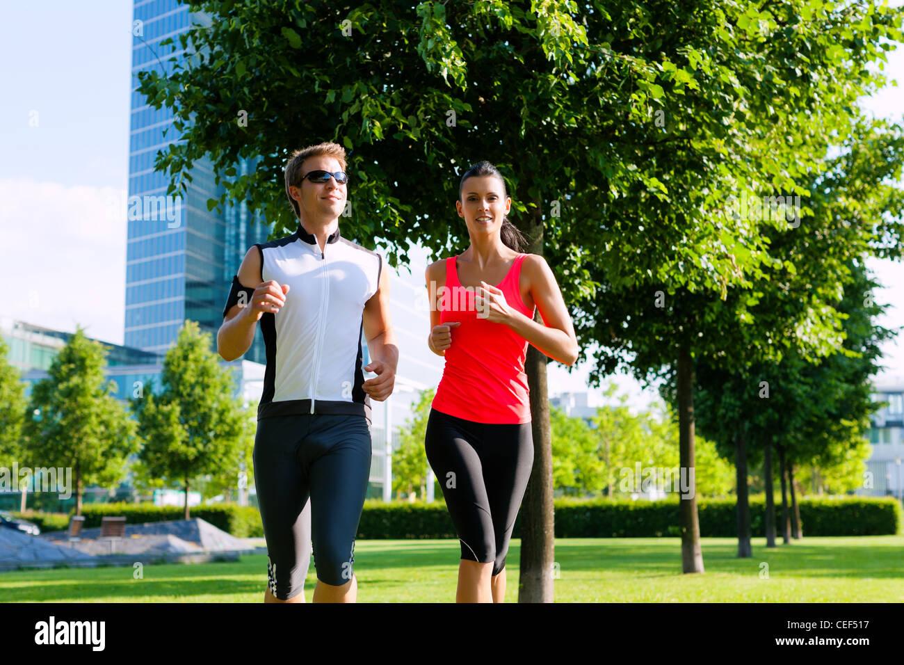Urbane Sportarten - paar jogging für Fitness in der Stadt an einem schönen Sommertag Stockbild
