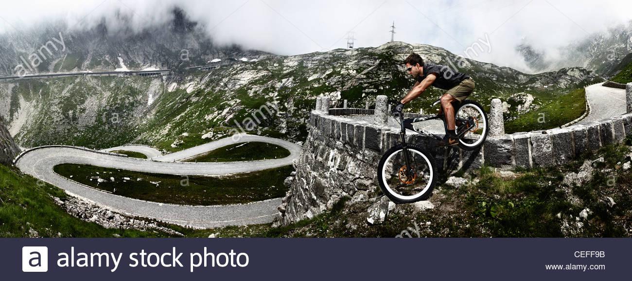 Mountainbiker am Gotthard-Pass Stockbild