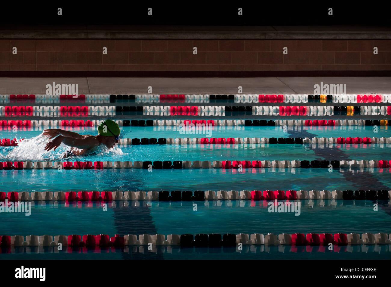 Frau schwimmen Runden im pool Stockbild