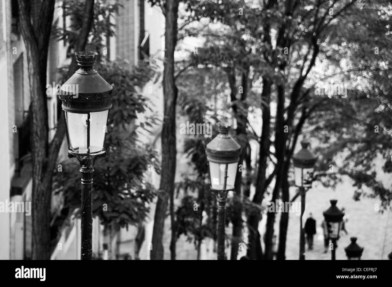Citylights in einer abfallenden Straße von der Butte Montmartre, Paris - Frankreich schwarz und weiß. Stockbild
