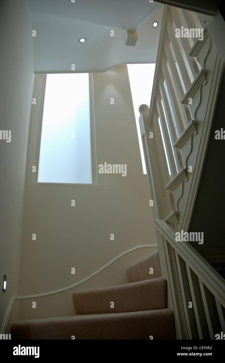 Hervorragend Milchglas-Fenster über traditionelle weiße Treppe mit Sahne QP21