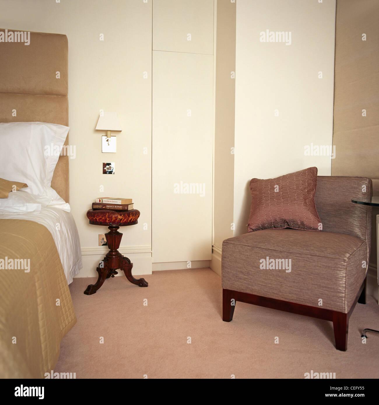 Antiker Klavierhocker Und Polsterstuhl In Modernen Schlafzimmer Mit Beigen  Teppich Beige Seide