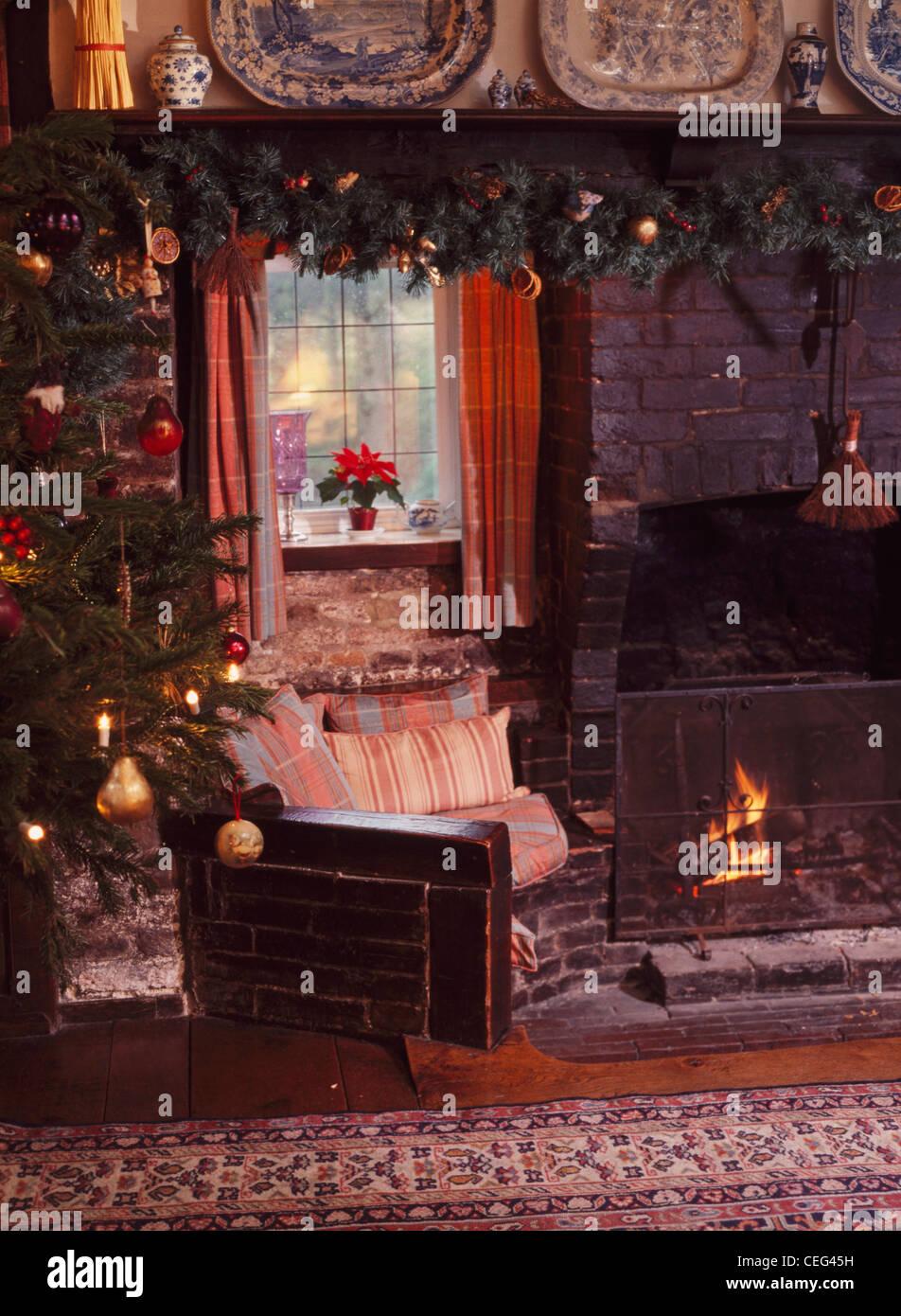Sessel Mit Brennenden Feuer Im Land Wohnzimmer Kamin Dekoriert Für  Weihnachten
