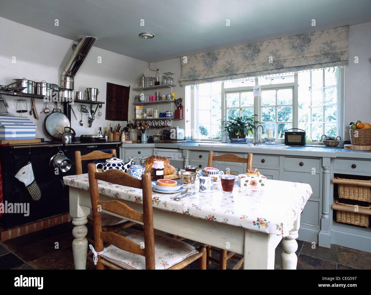 Ladder-Back Stühle an floralen kunststoffummantelter Tisch im ...