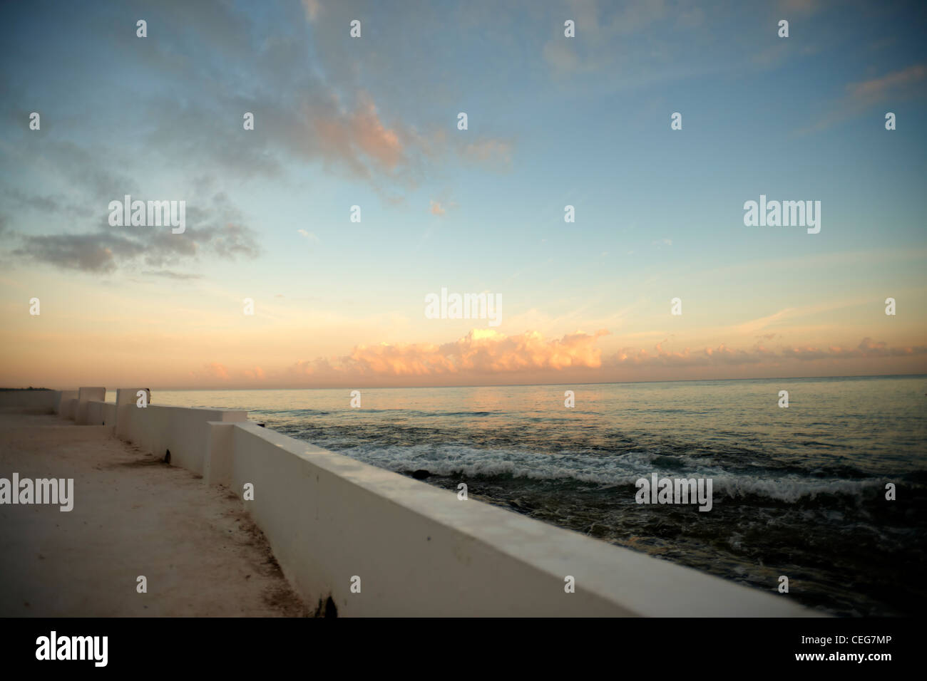 Blick auf den Pazifischen Ozean bei Sonnenuntergang, aus dem Blickwinkel eines Dammes Stockbild