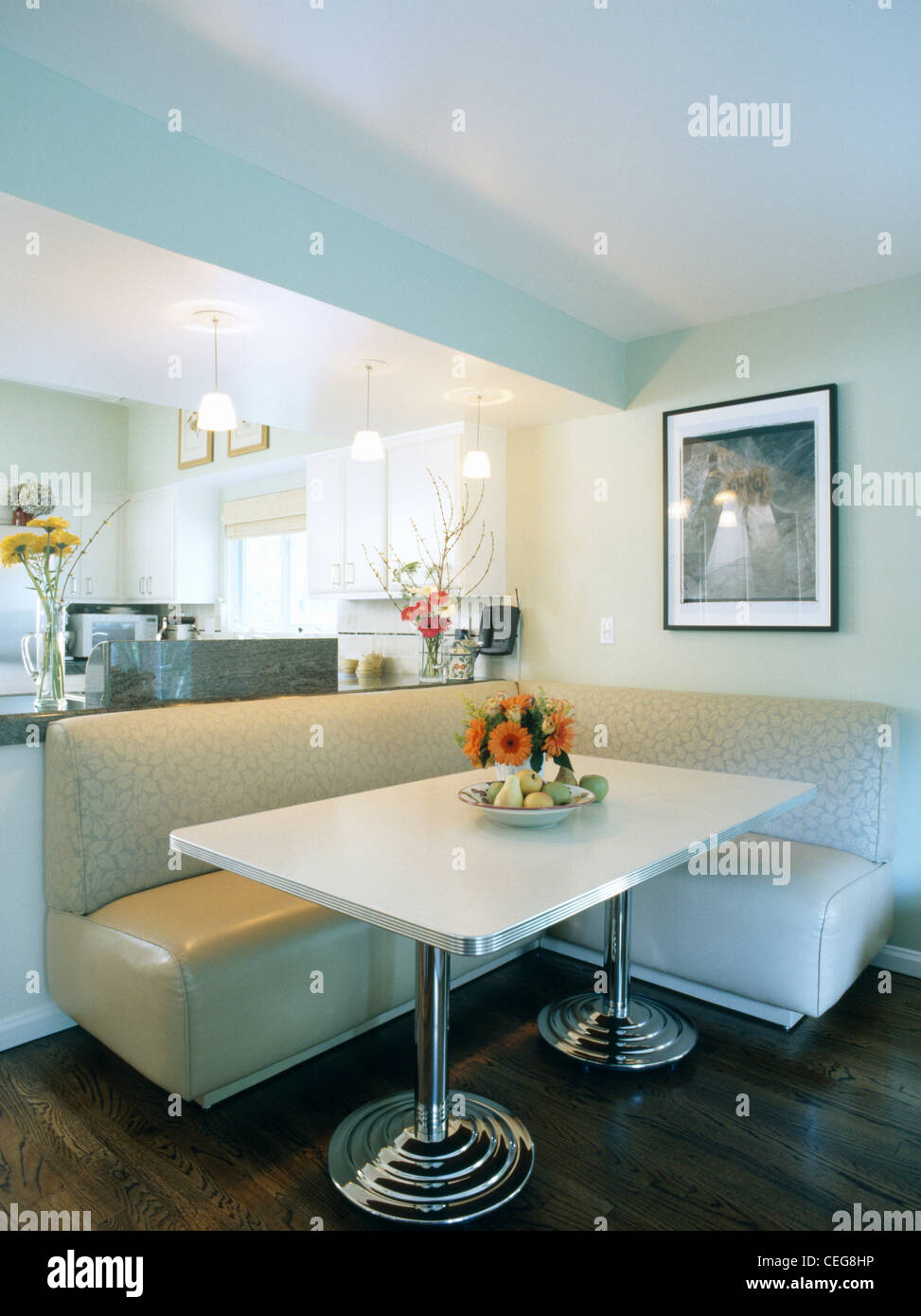 Creme Bankett Bestuhlung Und Weißen Rechteckigen Tisch Auf Chrombeinen  Spirale Im Modernen Speisesaal Stockbild