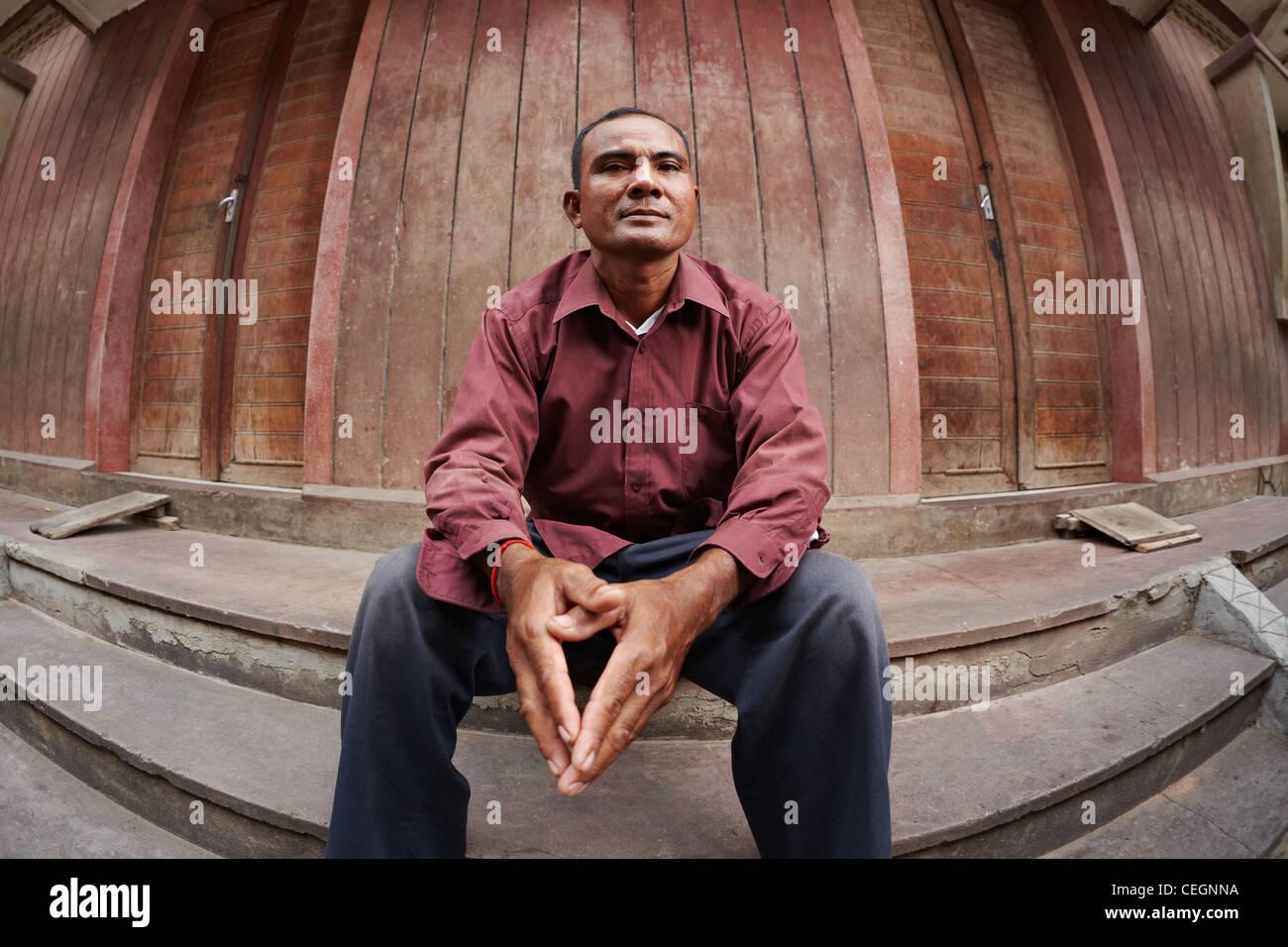 Porträt von Mitte adult Armen asiatischen Mann mit Händen trat, Blick in die Kamera. Fisheye Schuss Stockbild