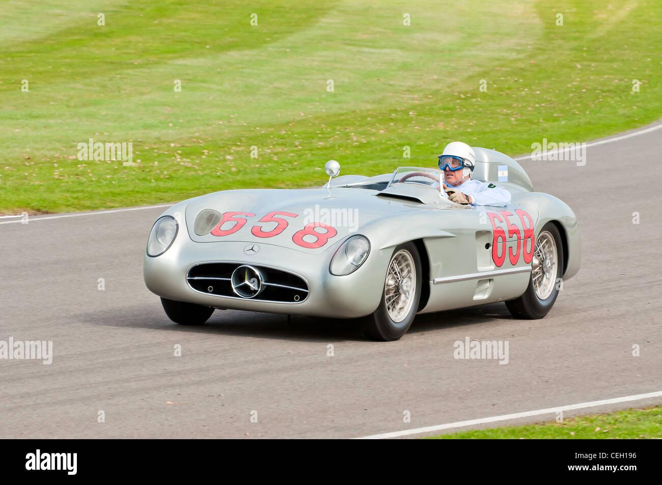 Sir Stirling Moss beim Goodwood Revival 2011 fahren eine Runde auf der Rennstrecke im Oldtimerbus Mercedes. Stockbild