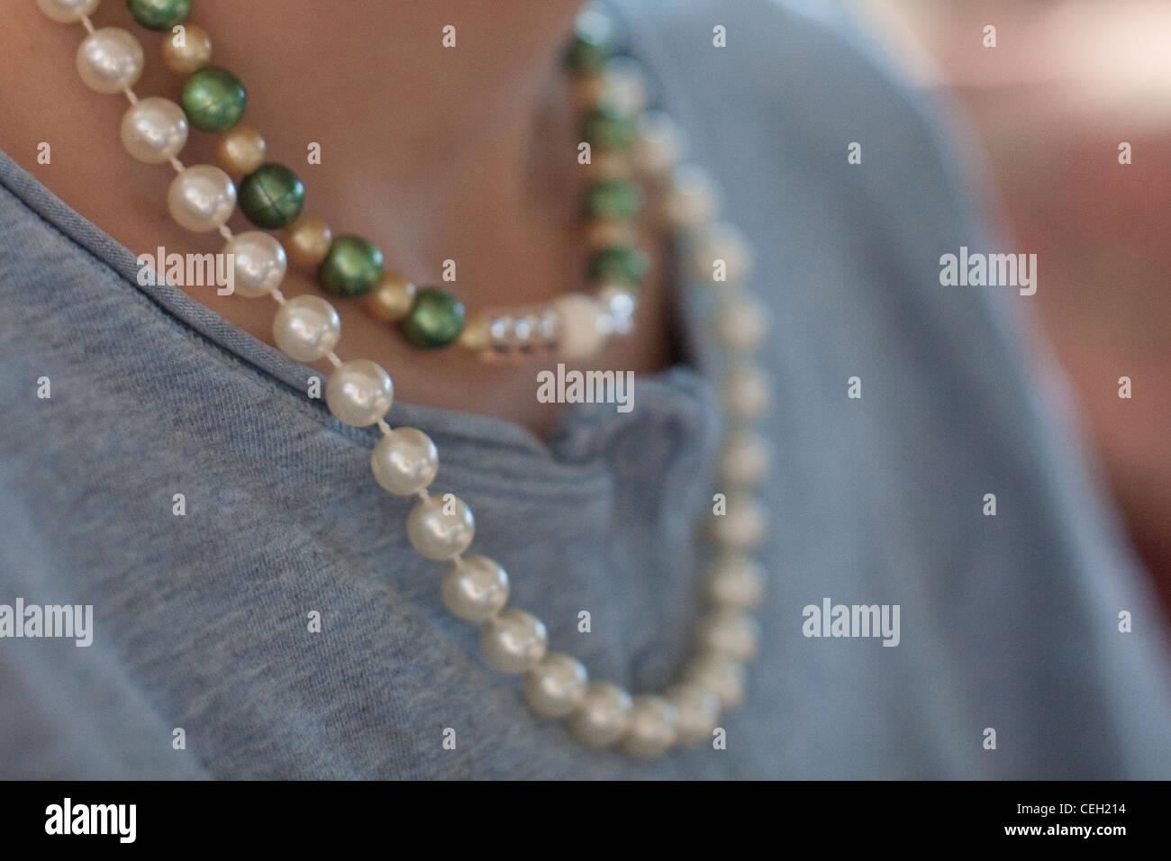 Nahaufnahme des Mädchens Perlen und Perlen um den Hals tragen. Stockbild