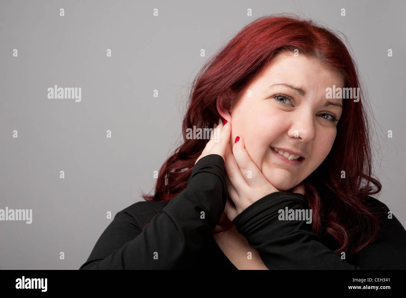 Kastanienbraunen Haaren kaukasischen Frau mit Ohrenschmerzen Schmerzen im Ohr Stockbild