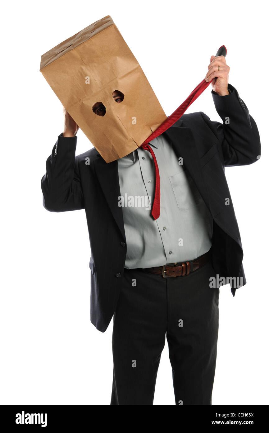 Porträt der Geschäftsmann mit Papiertüte über den Kopf ziehen binden isoliert auf weißem Stockbild