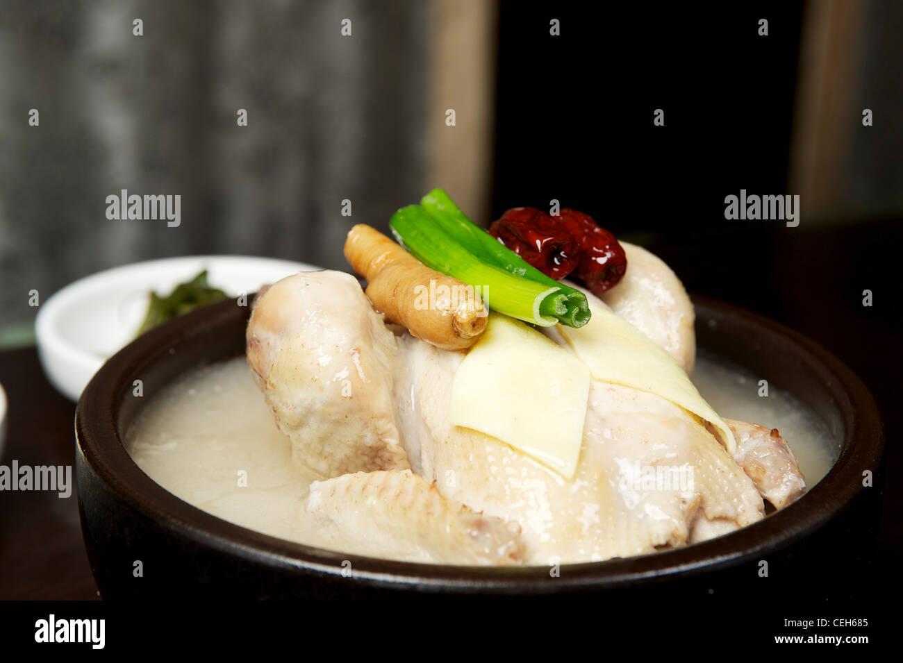 Koreanische Hühnersuppe mit ganzes Huhn Stockbild