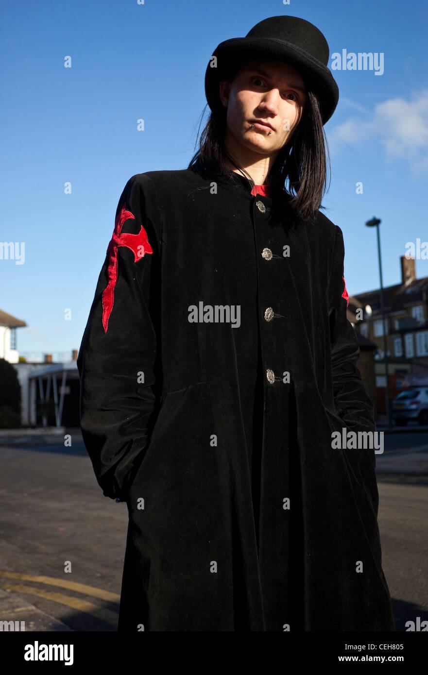 Goth fashion stockfotos goth fashion bilder alamy - Schwarzer langer mantel ...
