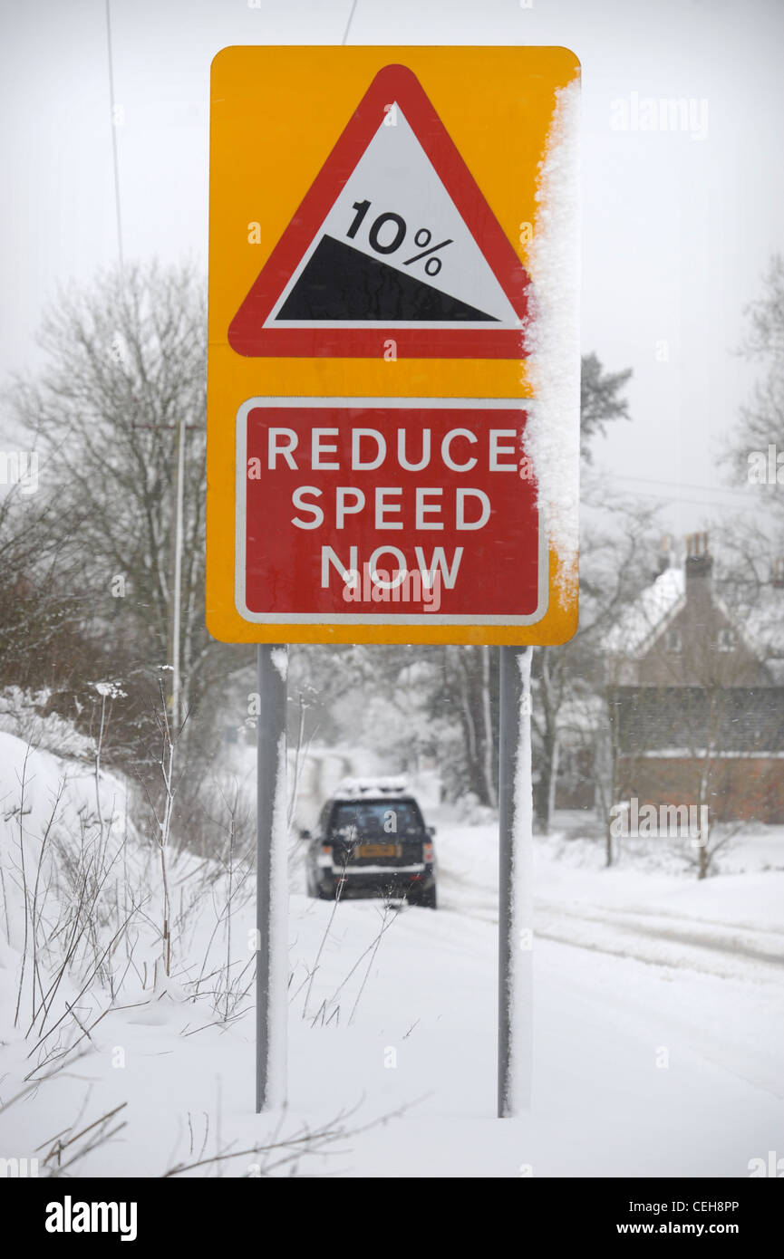 Land Rover 4 x 4 verhandelt einen Hügel in den schneebedeckten Bedingungen in Gloucestershire UK Stockfoto