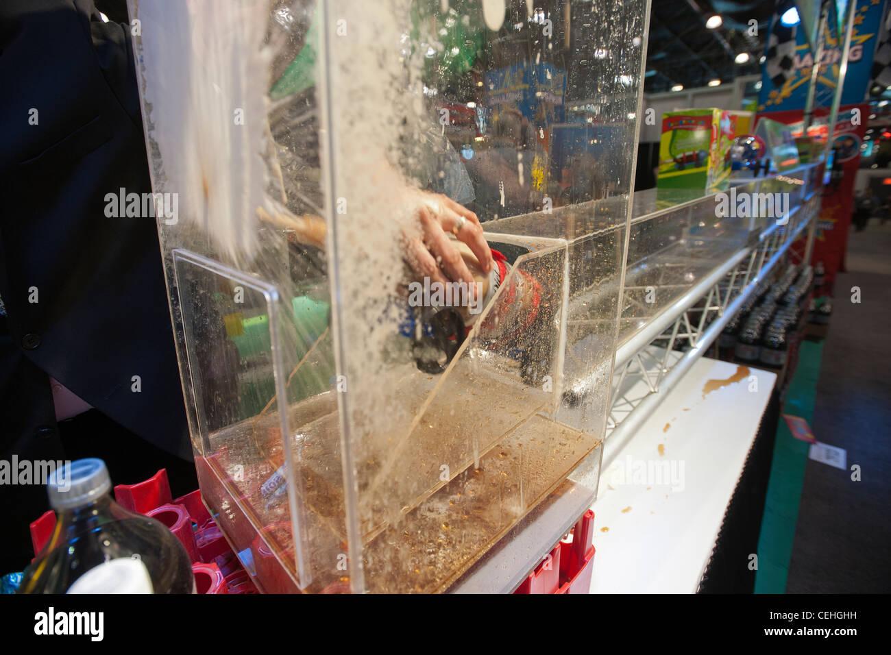 """Werden Sie, dass Amazing Toys zeigt ihre """"Soda Geysir Car"""" auf der 109. American International Toy Fair Stockbild"""