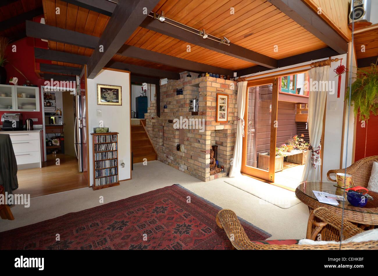 1970er Jahre Wohnzimmer mit gemauerten Kamin, Holzdecke und ...