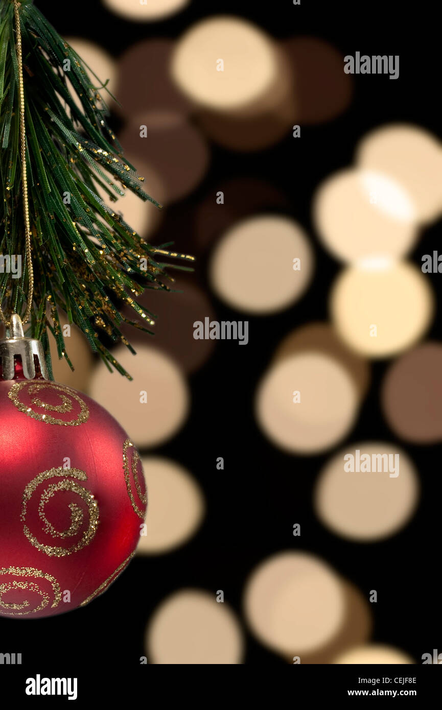 Eine rote Kugel Christbaumkugeln vor dem Hintergrund unscharf verschwommen Weihnachtsbaums Stockbild