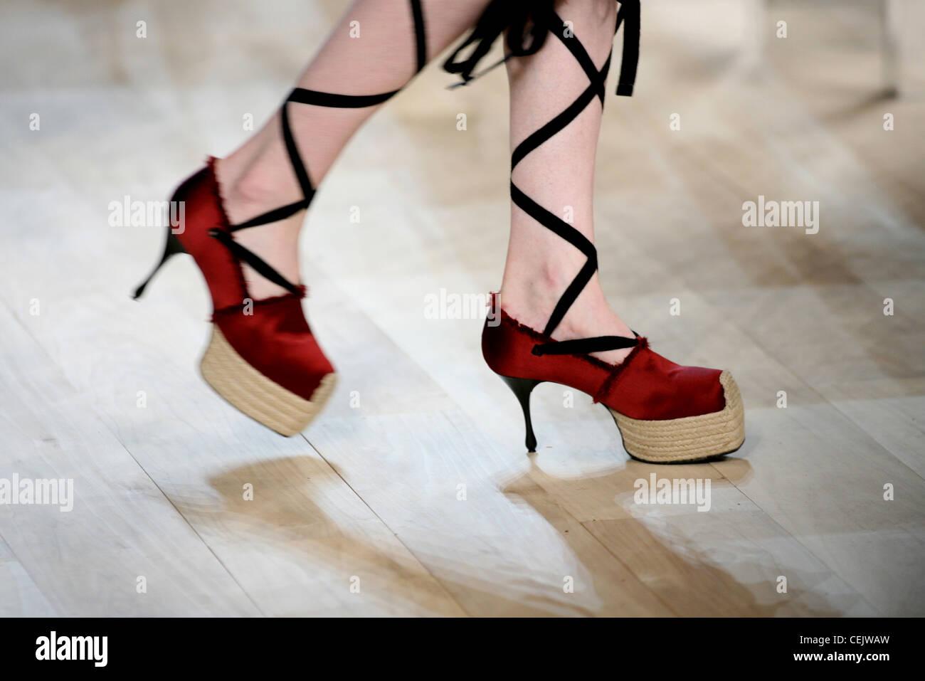 c3722fa11d9d Modell trägt einen roten Stiletto-Plateau-Schuhe mit schwarzer Spitze,  detail Stockbild