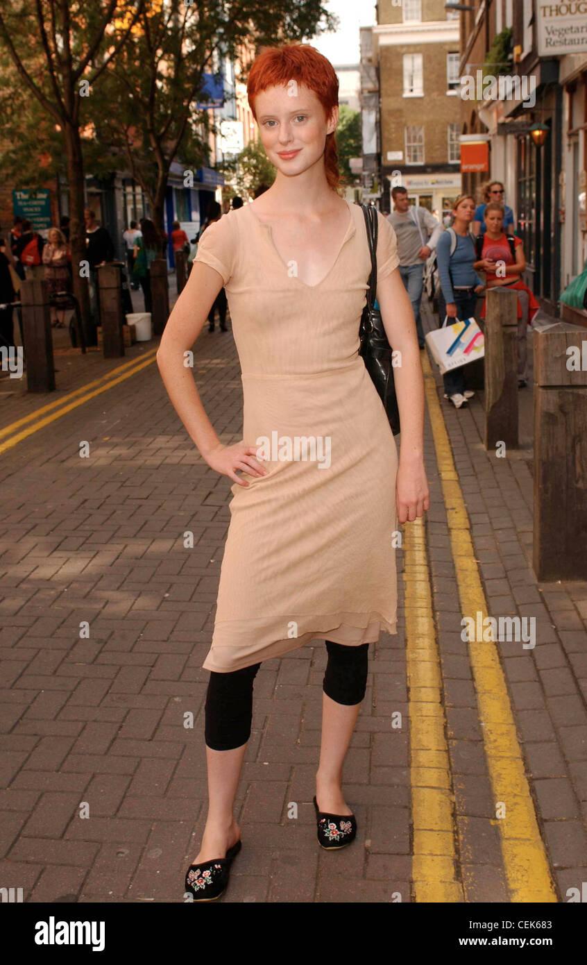 Ein London Street Fashion Female Kurze Rote Haare Trägt
