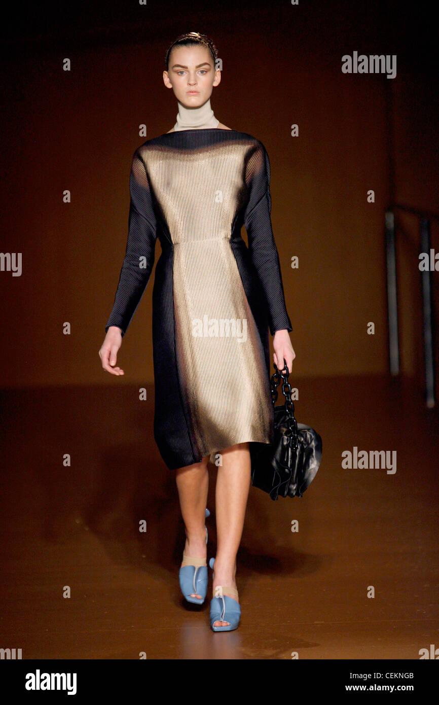 437d30aa3ebb9 Prada Mailand bereit zu tragen Herbst Wintermodell schwarz und Beige  abgestufte Knie Länge Kleid Stockbild