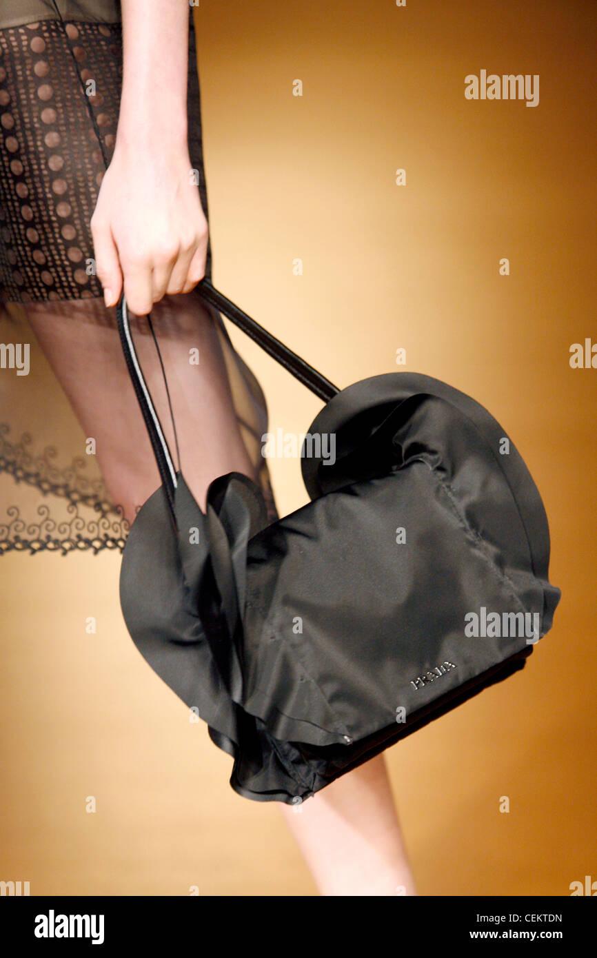 4b05c69b963d4 Prada Mailand bereit zu tragen-Herbst-Winter-Modell tragen gemusterte  schier Rock hält