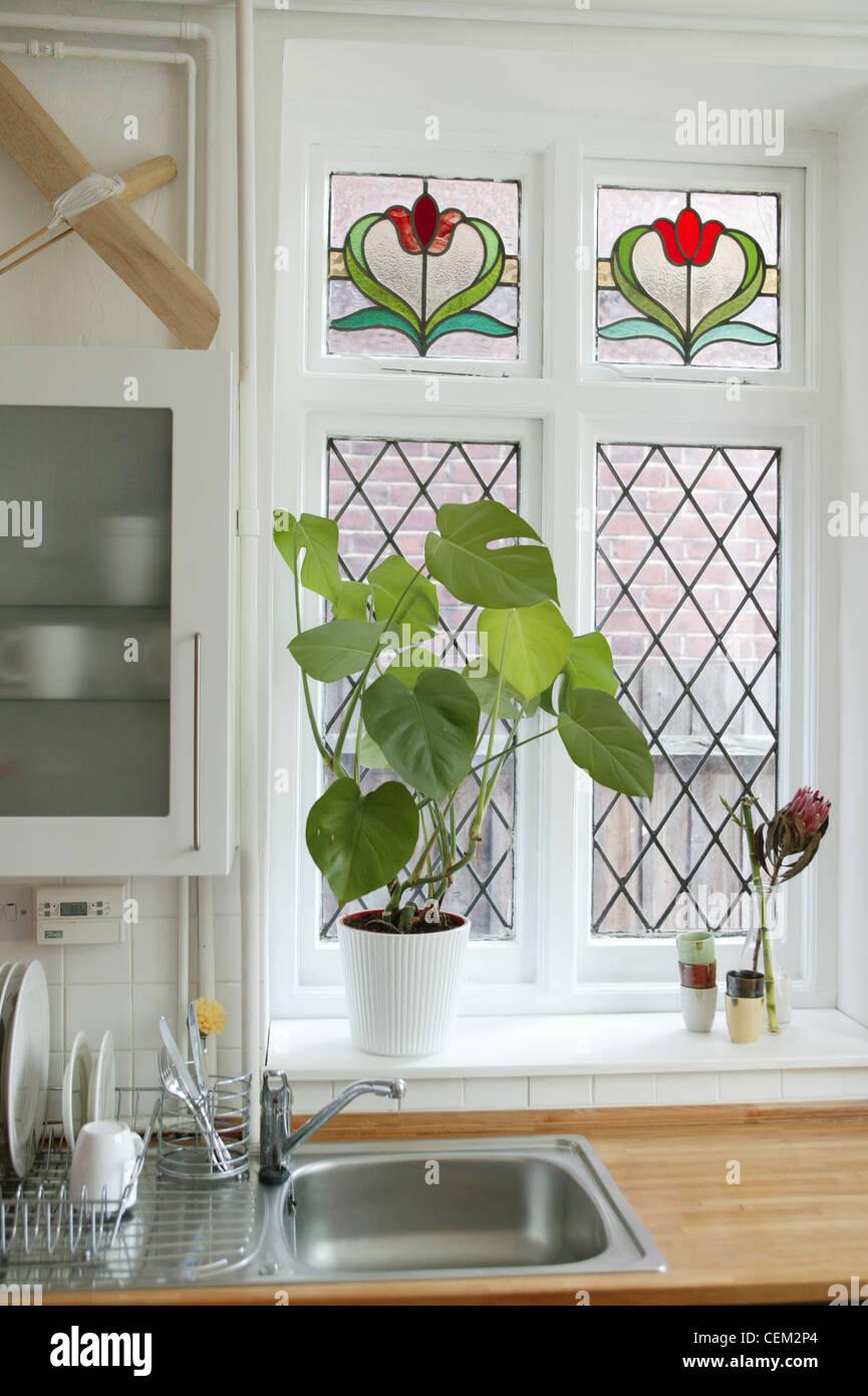 Renovierte Wohnung Detailbild der Küche Glasmalerei-Fenster, weiße ...