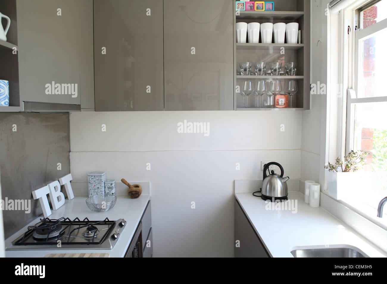 Wohnung In Sydney Small Pantry Küche Mit Weißem Stein Arbeiten, Oberflächen  Und Graue Glänzende Schränke