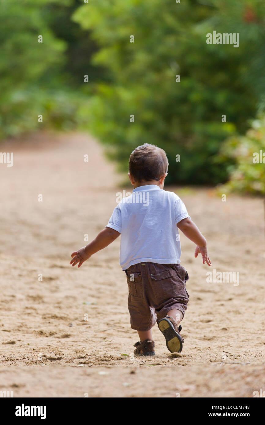 Kleinkind zu Fuß unterwegs. Stockfoto