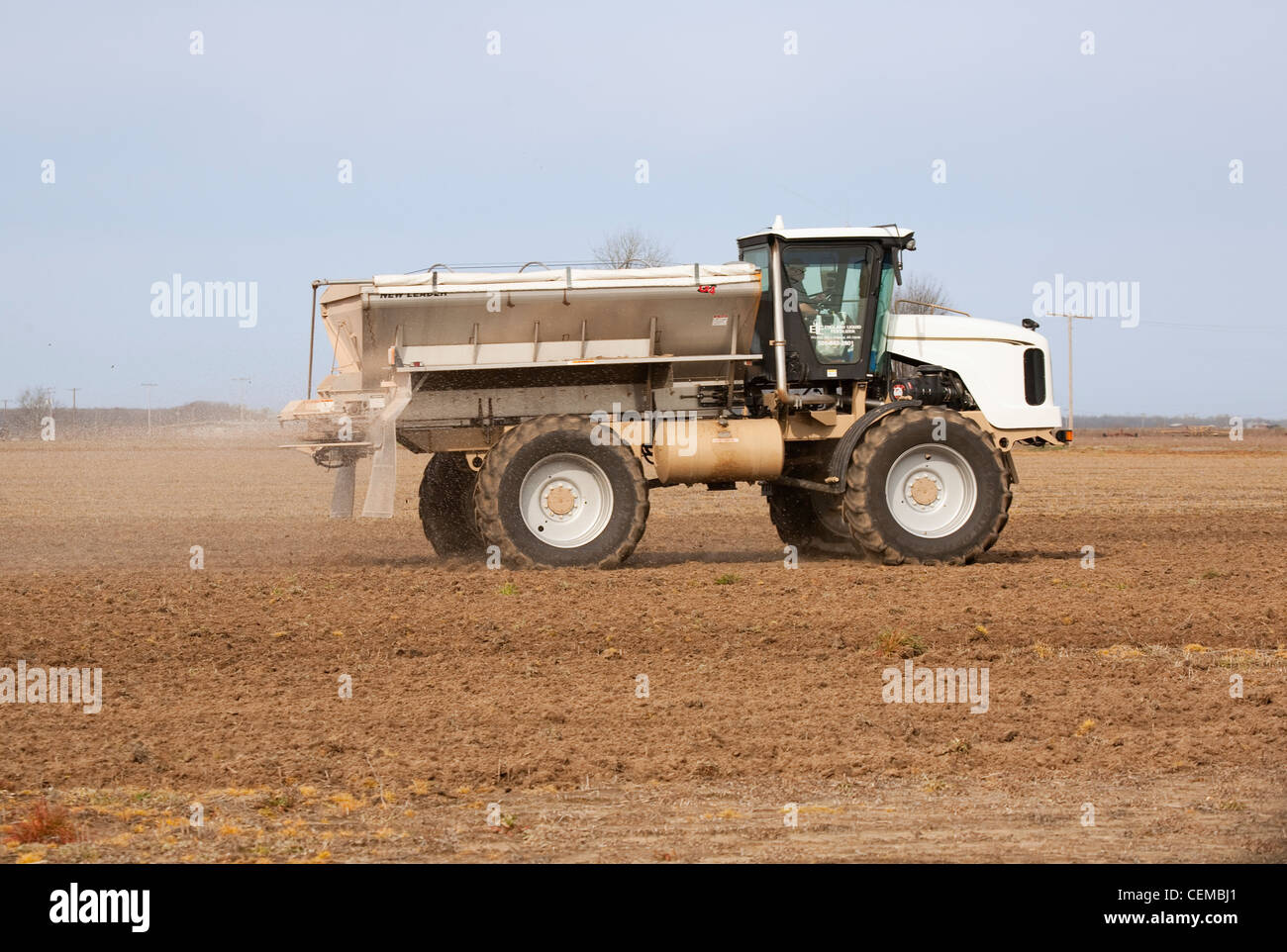 Landwirtschaft - ein neuer Führer Streuer gilt trocken Dünger für ein Bett Feld im Spätwinter Stockbild